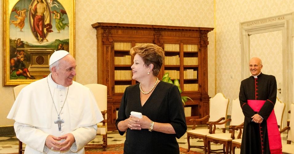20.mar.2013 - Presidente Dilma Rousseff (centro) cumprimenta o papa Francisco no Vaticano, durante encontro com o líder da igreja católica nesta quarta-feira (20)