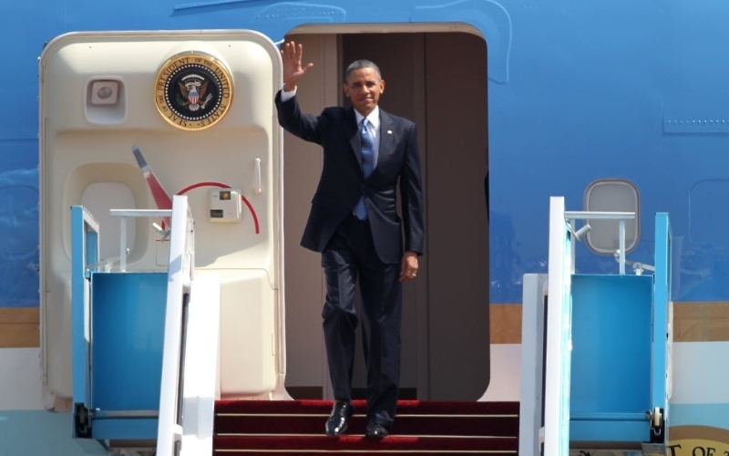 20.mar.2013 - Presidente dos EUA, Barack Obama, acena ao descer do Air Force One no aeroporto Ben Gurion, em Israel