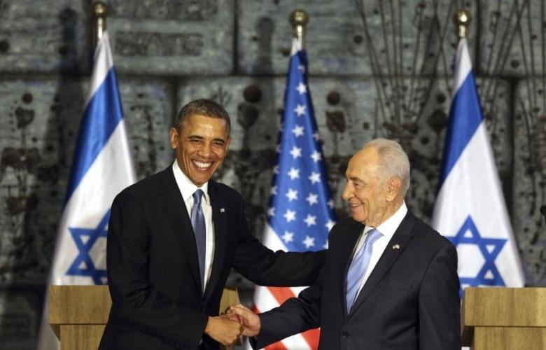 20.mar.2013 - Presidente dos EUA, Barack Obama (esquerda), cumprimenta seu homólogo israelense, Shimon Peres, durante visita do americano à residência oficial do chefe de Estado de Israel, em Jerusalém