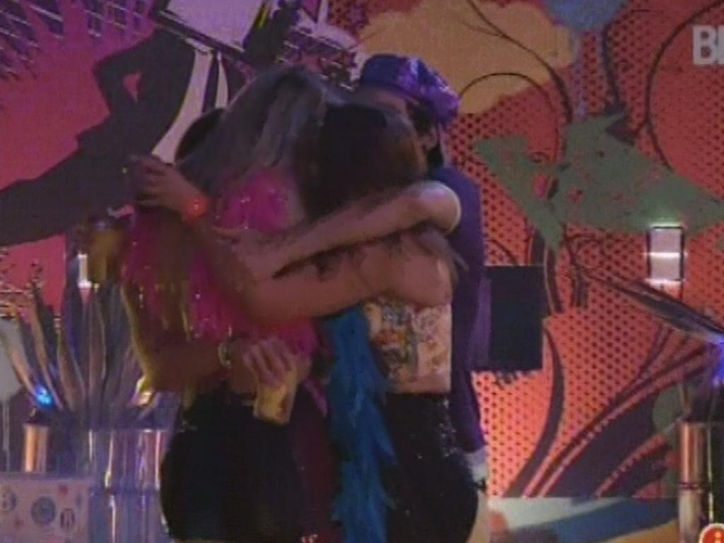 20.mar.2013 - Quatro restantes da casa, Fernanda, Nasser, Andressa e Natália dão abraço coletivo na pista de dança e agradecem por estarem no program