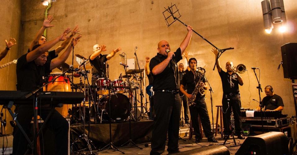 20.mar.2013 - Seguranças do metrô de São Paulo (SP) promovem concerto na estação Vila Prudente