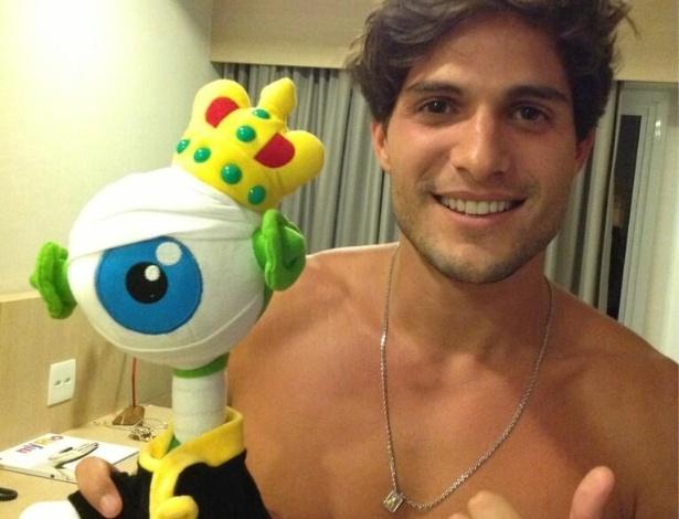 20.mar.2013 - Sem camisa, André posta foto no hotel em que está hospedado