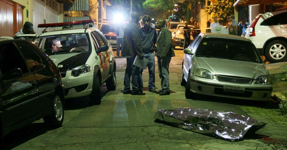20.mar.2013 - Um homem foi morto a tiros na rua José de Almeida, na Vila Madalena, zona oeste de São Paulo, na tarde desta quarta-feira (20). A Polícia investiga o caso