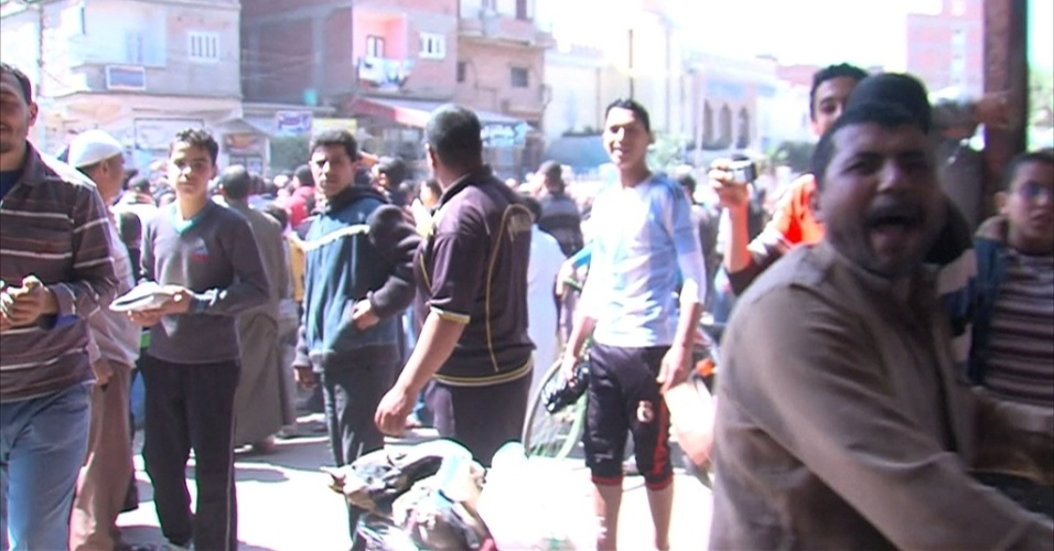 20.mar.2013 - Uma série de vídeos postados na internet mostrando um linchamento de dois jovens vem provocando indignação no Egito. As imagens mostram dois jovens pendurados pelos pés e golpeados até a morte em uma estação de ônibus na cidade de Al-Gharbiyah. Os dois foram acusados de tentar roubar um riquixá e de sequestrar duas crianças
