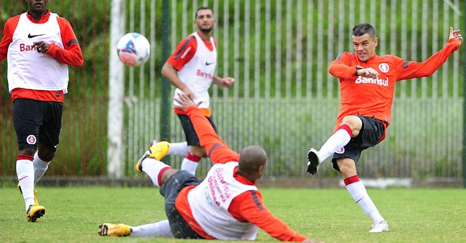 D'Alessandro arrisca o chute diante da marcação em treino do Internacional (20/03/2013)