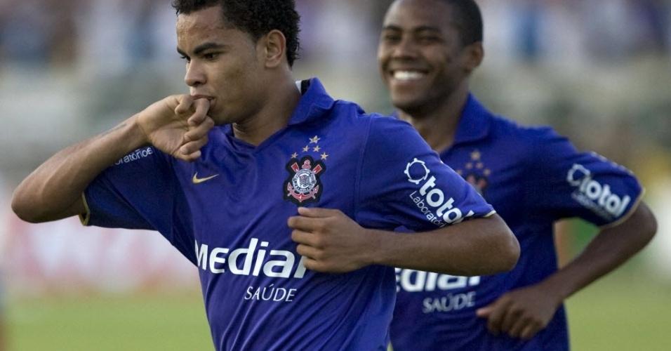 Dentinho e Elias celebram gol do Corinthians, em 2008