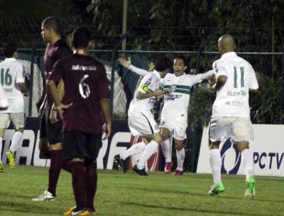 Jogadores do Coritiba comemoram um dos gols na vitória sobre o J. Malucelli