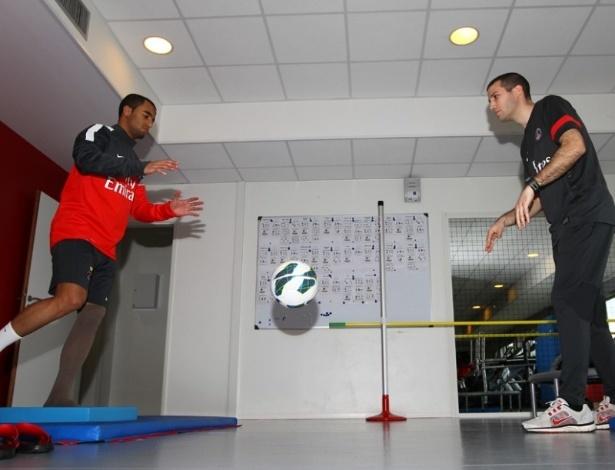 Lucas faz tratamento no PSG para se recuperar de lesão no tornozelo esquerdo
