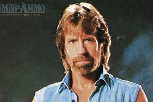 "Montagem do Tumblr ""Thumbs & Ammo"" mostra o personagem Chuck Norris ..."