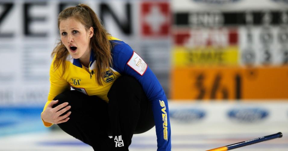 20.mar.2013 - A bela sueca Christina Bertrup foge dos padrões de loiras da Suécia e chama a atenção no Mundial de curling