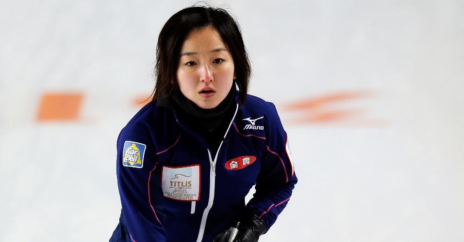 20.mar.2013 - A japonesa Satsuki Fujisawa se destaca entre as mais belas do Mundial de curling de 2013, disputado na Letônia