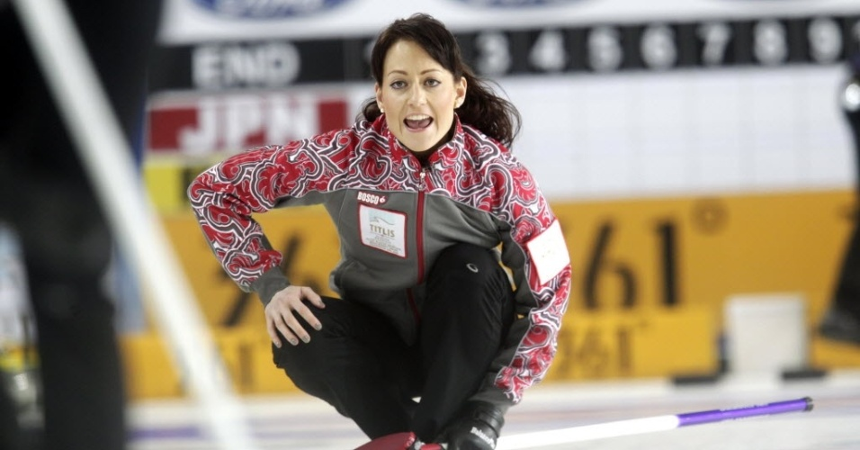 20.mar.2013 - A russa Ekaterina Galkina chama jogada para companheiras durante o Mundial de curling, na Letônia
