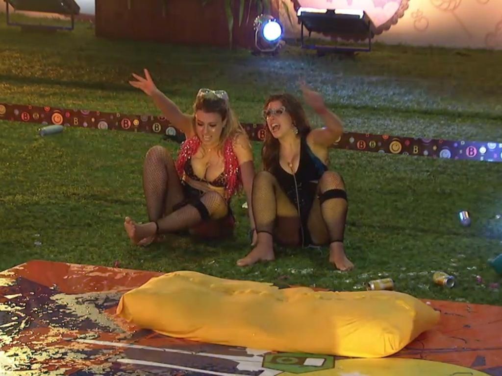 20.mar.2013 - Andressa e Fernanda permanecem na festa Crazy enquanto Nasser e Natália dormem