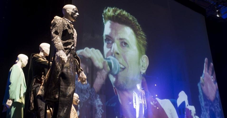 20.mar.2013 - Cena de um dos concertos do músico David Bowie em exposição no museu londrino Victoria and Albert