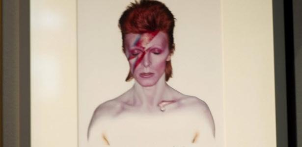 20.mar.2013 - Mulher observa a capa de um dos discos de David Bowie
