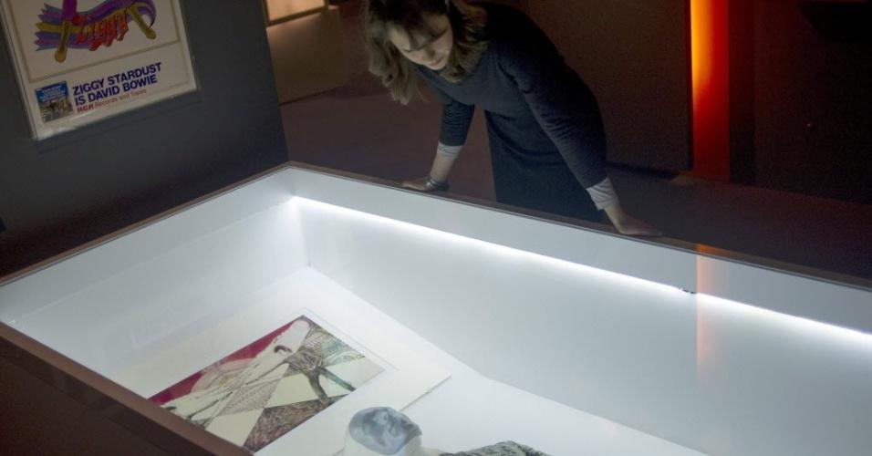 20.mar.2013 - Mulher observa itens de David Bowie em exposição no museu londrino Victoria and Albert