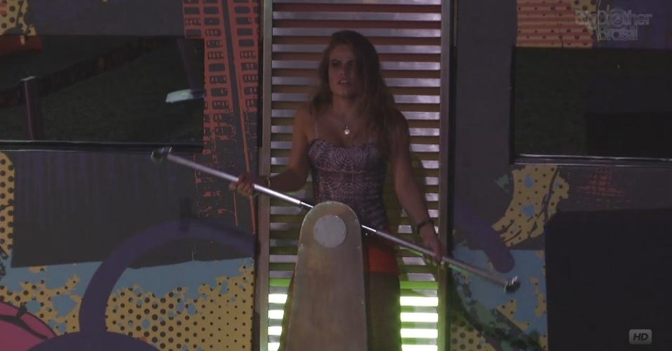 20.mar.2013 - Natália gera energia para tomar banho quente após a festa.
