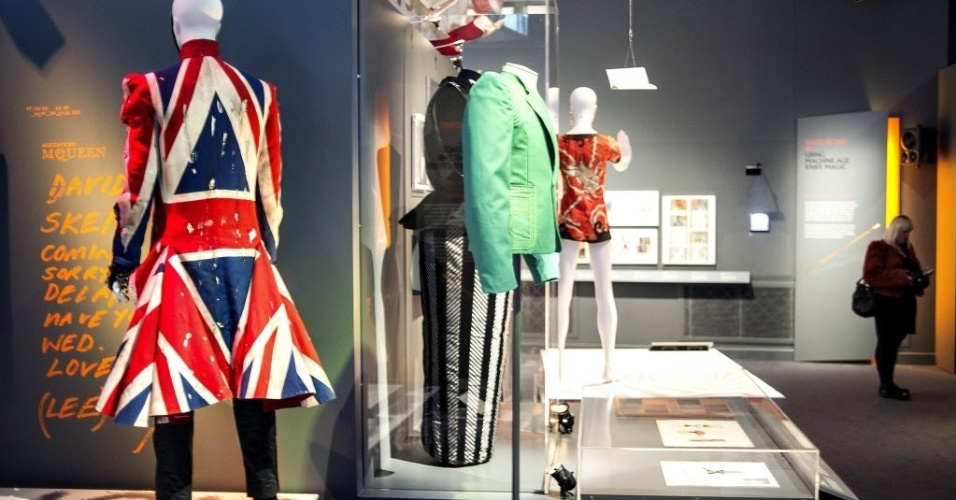20.mar.2013 - Trajes usados por David Bowie expostos no Museu Victoria and Albert, em Londres