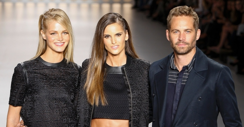 "21 mar. 2013 - Ao final do desfile, a ""angel"" Erin Heatherton, Izabel Goulart e o ator norte-americano Paul Walker juntos para os agradecimentos"