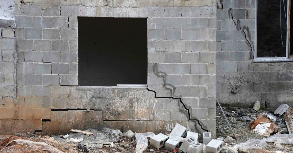 21.mar.2013 - A Defesa Civil de Niterói (RJ) vistoriou prédios que integram o conjunto Zilda Arns 2 e que ameaçam cair. Os imóveis foram construídos com recursos do Minha Casa Minha Vida para os sobreviventes do deslizamento do morro do Bumba, em 2010. Cada prédio custou R$ 2 milhões