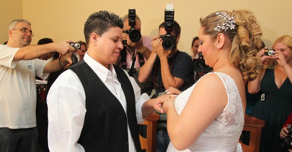 21.mar.2013 - A Prefeitura de Campinas realizou na tarde desta quinta-feira (21) o primeiro casamento comunitário gay do município. A união de 16 casais do mesmo sexo --dois de homens, 12 de mulheres e dois de transexuais-- foi formalizada pela juíza de paz Aline Priego, no 3º Cartório de Registro Civil