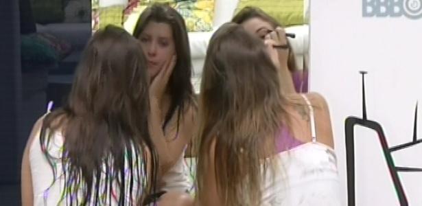 21.mar.2013 - Andressa e Natália se maquiam para começar o dia