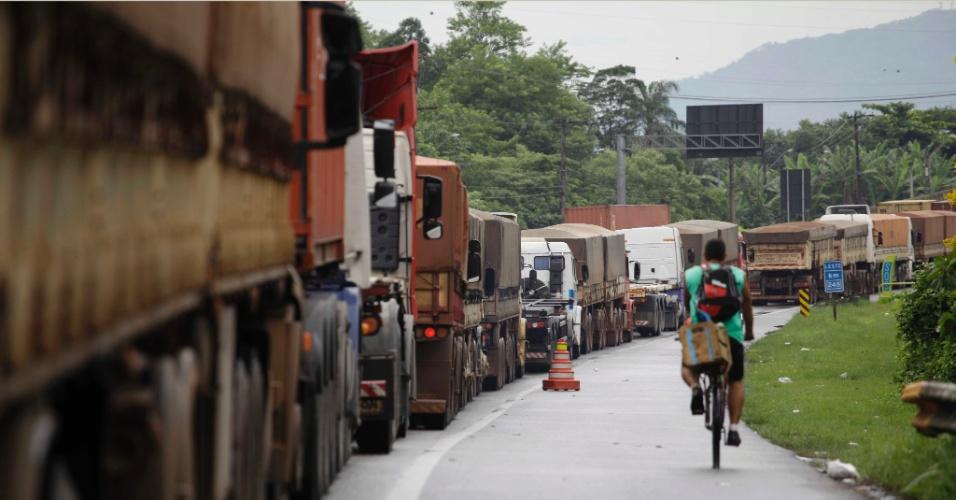 21.mar.2013 - Caminhões fazem fila de 20 km na rodovia Cônego Domenico Rangoni (Piaçaguera-Guarujá), na manhã desta quinta-feira (21), devido ao excesso de veículos que se dirigem aos terminais de cargas