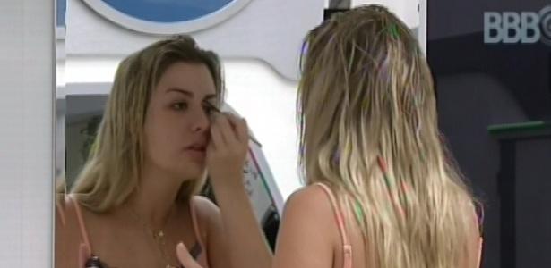 21.mar.2013 - Fernanda capricha na maquiagem para começar o dia