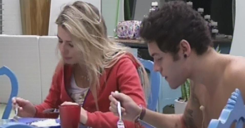 21.mar.2013 - Fernanda e Nasser jantam na cozinha