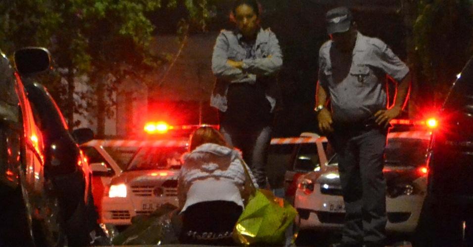 21.mar.2013 - Jovem é baleado em Pinheiros, na zona oeste de São Paulo, e parentes se queixam da demora do IML (Instituto Médico Legal) para recolher o corpo. Eles denunciam que se passaram mais de oito horas até que funcionários do órgão chegassem ao local. Segundo a polícia, o jovem de 29 anos tinha antecedente criminais. Ele havia sido preso por tráfico de drogas, porte ilegal de arma e furto