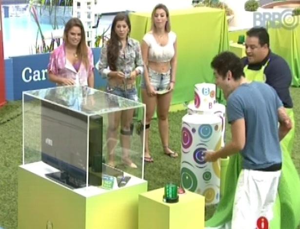 21.mar.2013 - Nasser ganha duas televisões em brincadeira