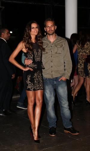 21.mar.2013 - O ator Paul Walker posou ao lado da modelo Izabel Goulart nos bastidores da São Paulo Fashion Week. O ator ao Brasil participar do desfile da Colcci