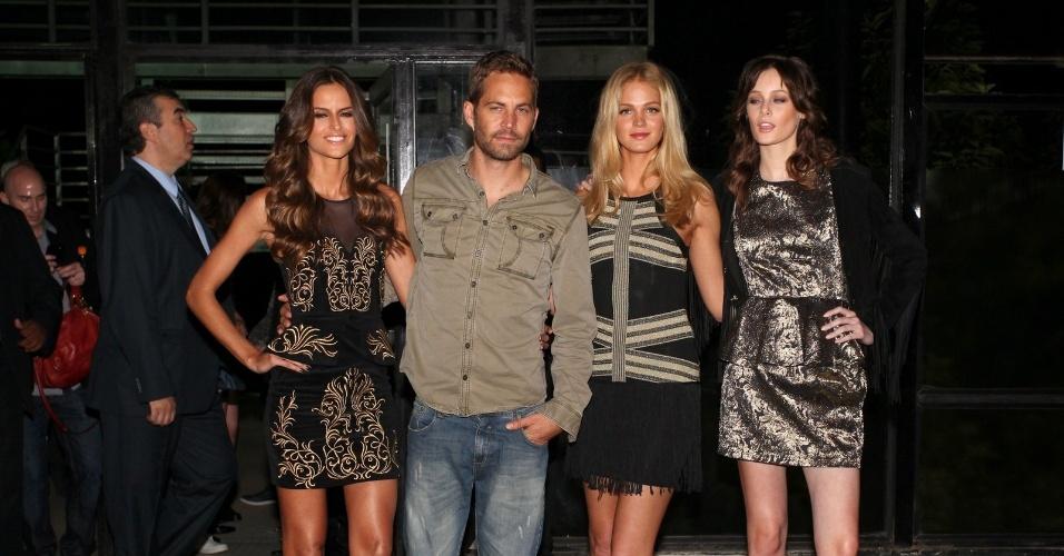 21.mar.2013 - O ator Paul Walker posou ao lado das modelos Izabel Goulart e Erin Heatherton nos bastidores da São Paulo Fashion Week. O ator ao Brasil participar do desfile da Colcci
