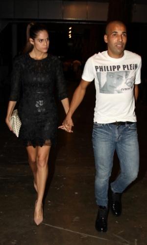 21.mar.2013 - O jogador Emerson Sheik com a namorada nos bastidores da São Paulo Fashion Week