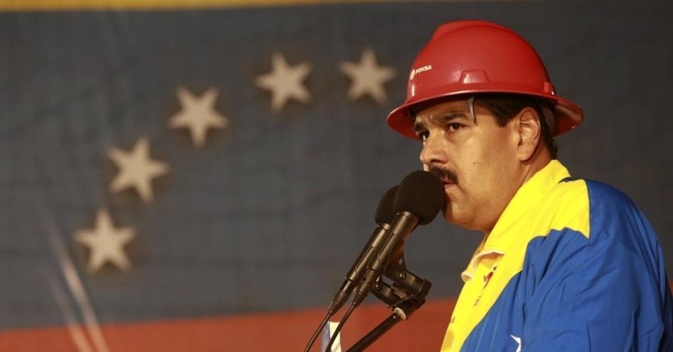 21.mar.2013 - O presidente interino da Venezuela, Nicolás Maduro, faz discurso durante encontro com trabalhadores do setor de petróleo no porto de Guaraguao, no Estado de Anzoategui. Maduro é candidato à Presidência do país. As eleições estão marcadas para o dia 14 de abril