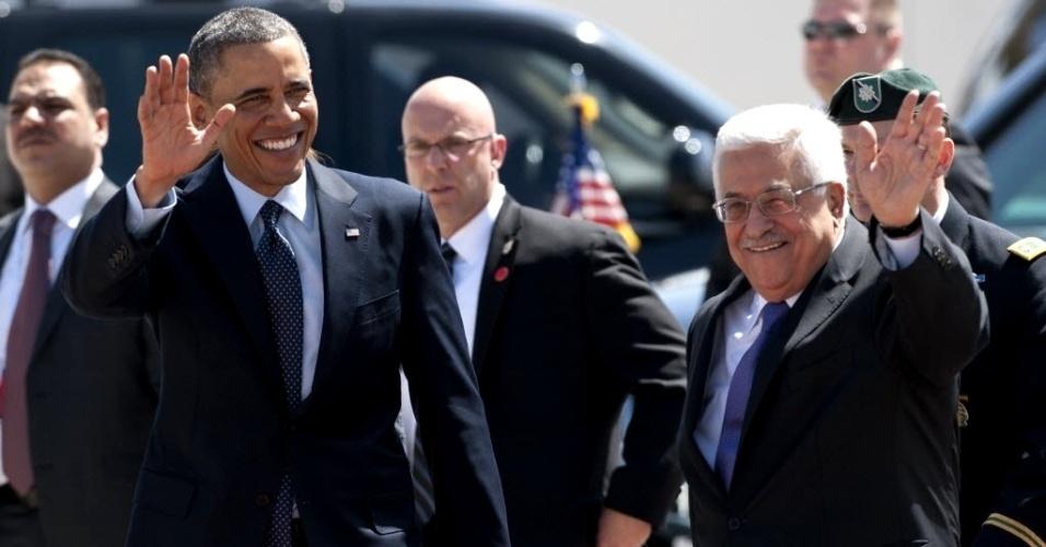 21.mar.2013 - Os presidentes dos Estados Unidos, Barack Obama, e da Palestina, Mahmud Abbas, acenam durante cerimônia de recepção realizada em Muqata, a sede da Autoridade Palestina na cidade de Ramallah, na Cisjordânia. É a primeira visita de Obama à Cisjordânia desde que assumiu a Presidência dos EUA há mais de quatro anos