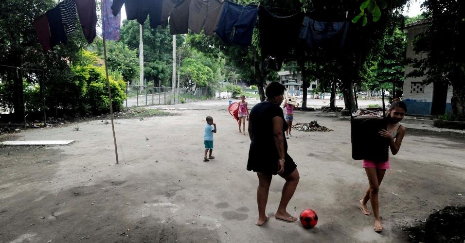 21.mar.2013 - Elaine Martins (à esquerda) vive com o filho de três anos, o marido e os pais no 3º Batalhão de Infantaria, em São Gonçalo, onde moram 400 desabrigados do morro do Bumba e demais favelas fluminenses destruídas com as chuvas de 2010