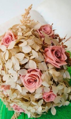 Buquê de flores preservadas com hortênsias, rosas e solidago; a partir de R$ 500,00, na Fleur d'Épices (www.fleurdepices.com.br). Preço pesquisado em março de 2013 e sujeito a alterações