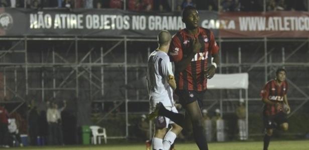 Douglas Coutinho comemora seu gol na vitória do Atlético-PR diante do Toledo (21/03/2013)