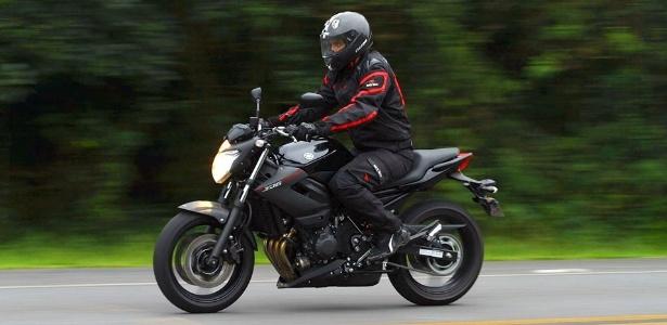 Pilotar uma Yamaha XJ6 N é tarefa fácil, tanto para motociclistas experientes quanto para novatos