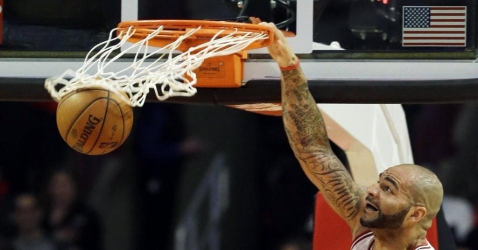 21.mar.2013 - Carlos Boozer, do Chicago Bulls, enterra a bola na derrota da equipe para o Portland TrailBlazers