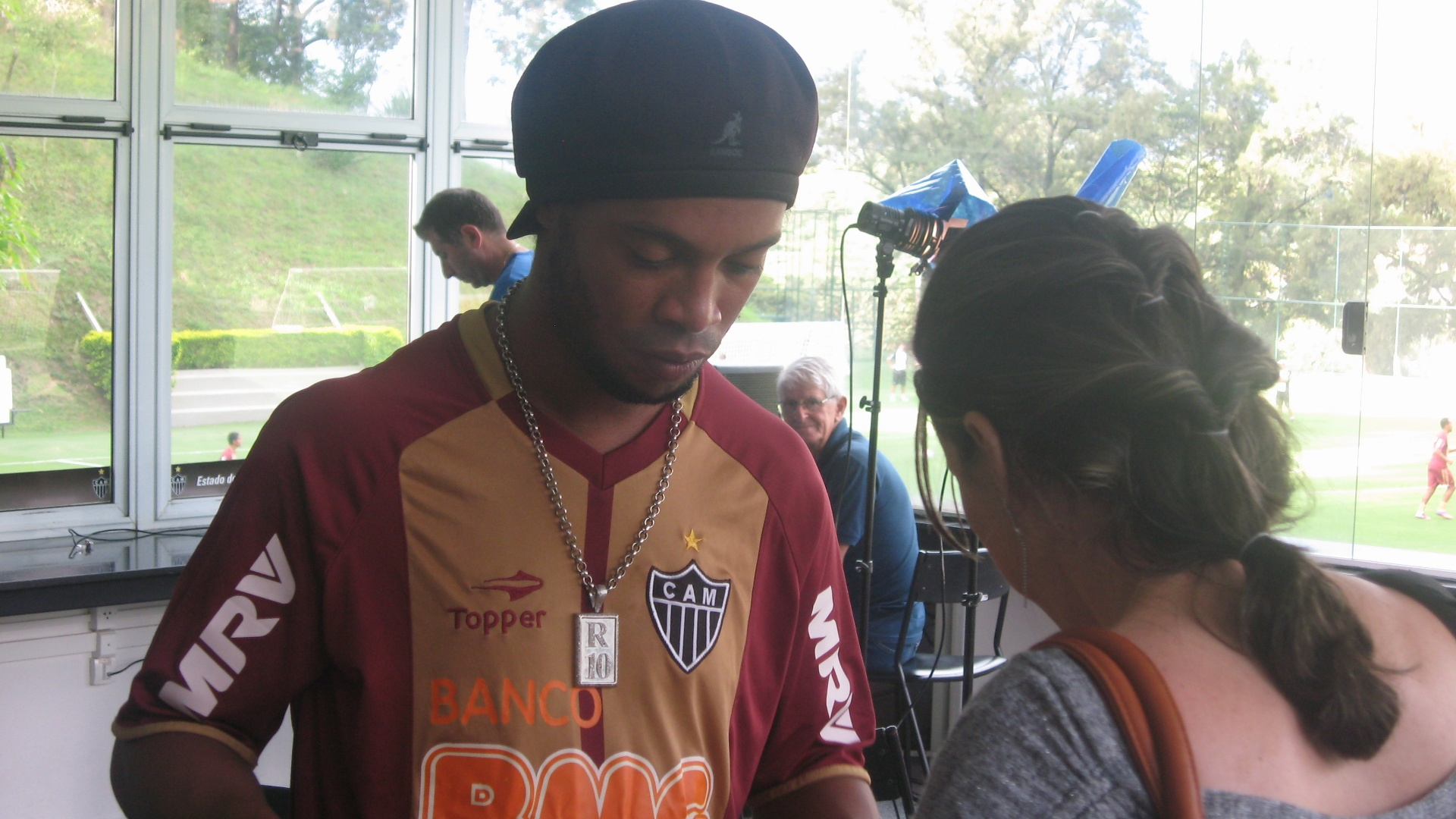 22/03/2013 - Ronaldinho Gacho d autgrafo, na Cidade do Galo, aps receber presente da LBV