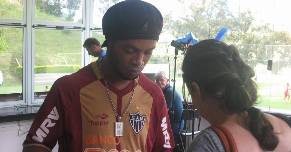 22/03/2013 - Ronaldinho Gaúcho dá autógrafo, na Cidade do Galo, após receber presente da LBV