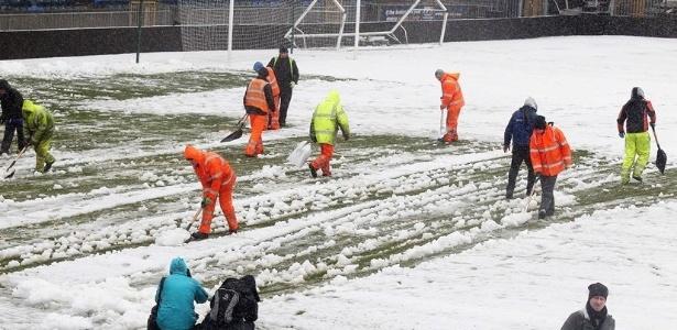 Neve cobriu o gramado do estádio Windson Park e adiou a partida entre Irlanda do Norte e Rússia