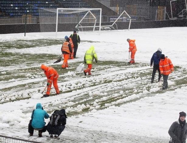 22.mar.2013 - A partida entre Irlanda do Norte e Rússia foi adiada em razão da neve que cobriu o gramado do estádio Windson Park, em Belfast