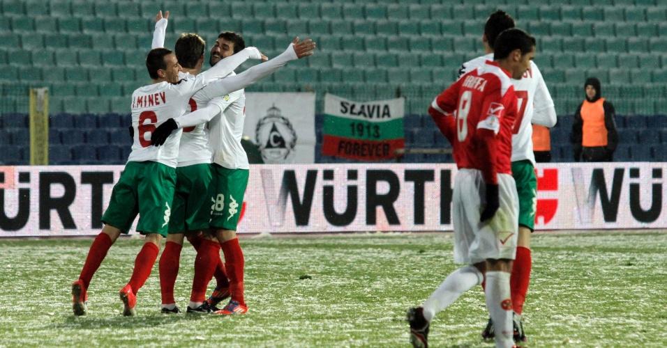 22.mar.2013 - Com neve em campo, jogadores da Bulgária (esq) comemoram gol na goleada por 6 a 0 sobre Malta, pelas eliminatórias europeias para a Copa 2014