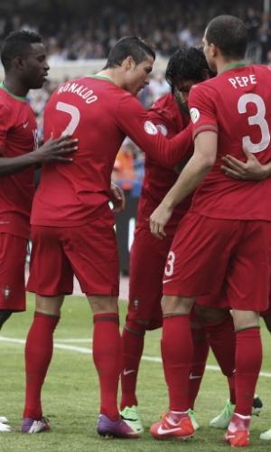 22.mar.2013 - Crisitano Ronaldo, Pepe e outros portugueses comemoram o gol de Bruno Alves, que abriu o placar na partida contra Israel pelas eliminatórias