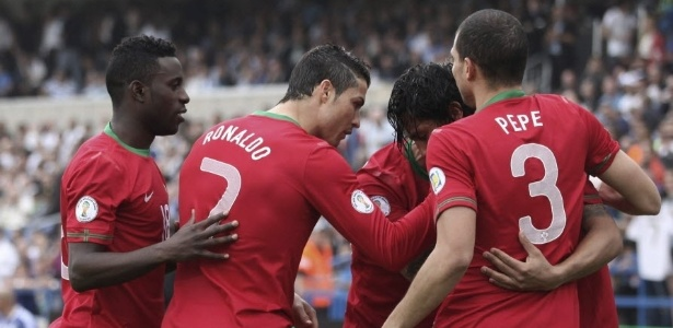 22.mar.2013 - Crisitano Ronaldo, Pepe e outros portugueses comemoram o gol de Bruno Alves, que abriu o placar na partida contra Israel pelas eliminatrias