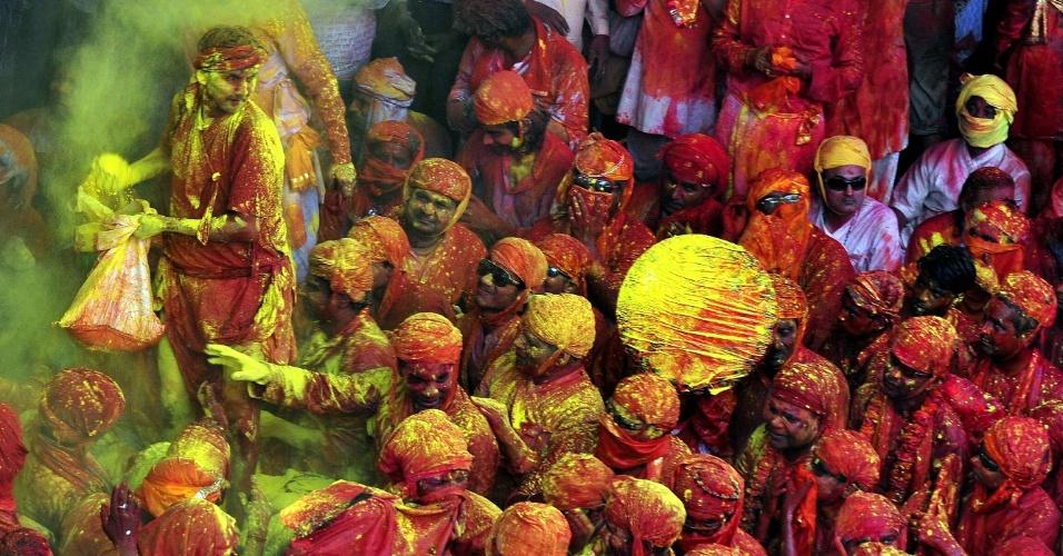"""22.mar.2013 - Devotos hindus participam nesta sexta (22) dos rituais do festival Holi Lathmar, no templo Nandji, em Nandgaon, na Índia, uma festividade local que antecede o dia nacional """"Holi"""", que será celebrado em 27 de março"""