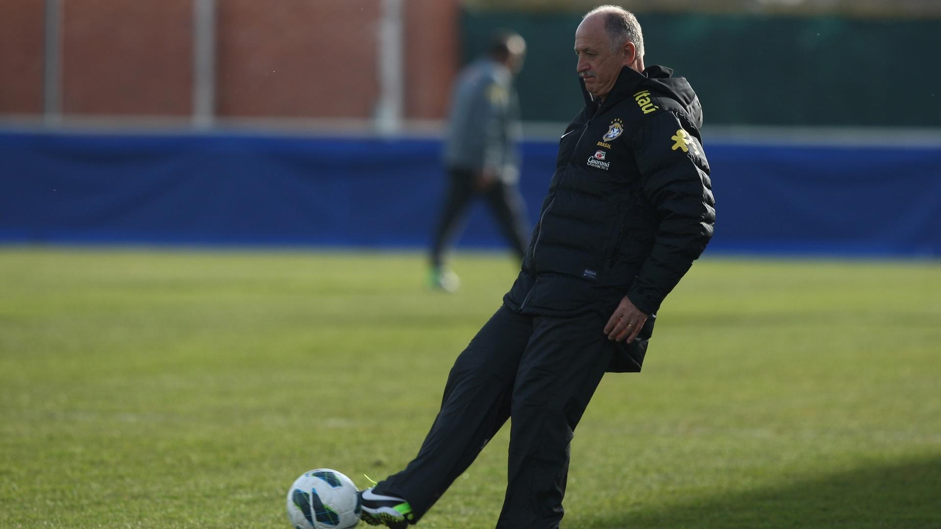 22.mar.2013 - Felipão comanda treino da seleção brasileira em Genebra, um dia após o empate contra a Itália